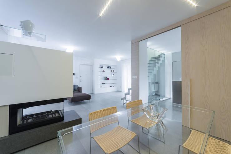 Una casa su due livelli II: Sala da pranzo in stile  di Mario Ferrara