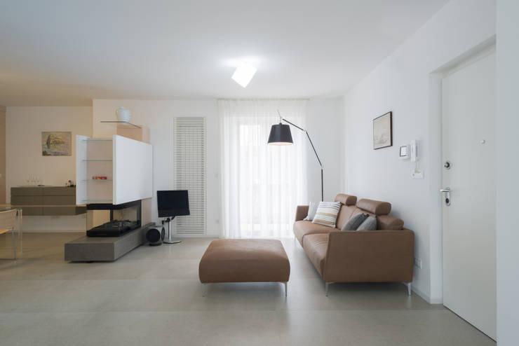 Una casa su due livelli II: Soggiorno in stile  di Mario Ferrara