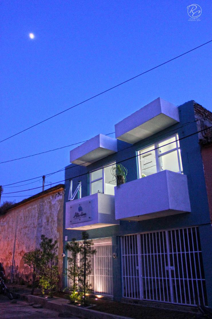 Alta Stone: Casas de estilo  por Alfagrama estudio