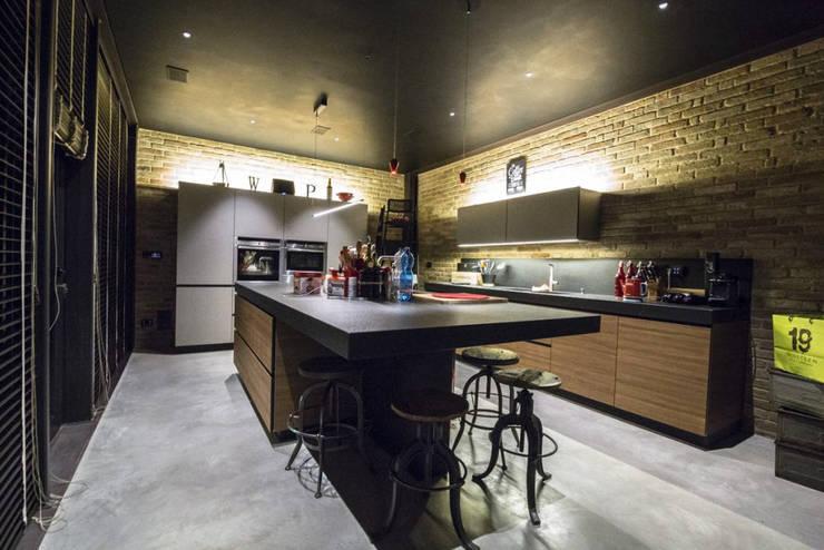 RICONVERSIONE DI UN CAPANNONE INDUSTRIALE IN LOFT RESIDENZIALE: Cucina in stile  di Bianchetti