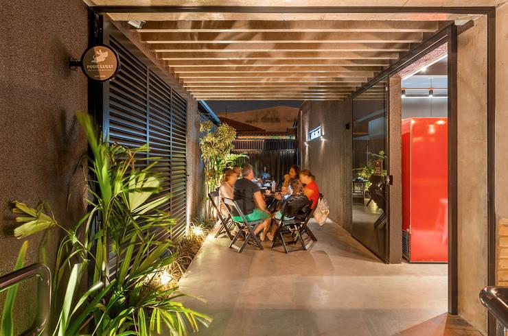 Nóz Café e Pães  : Terraços  por Vertentes Arquitetura