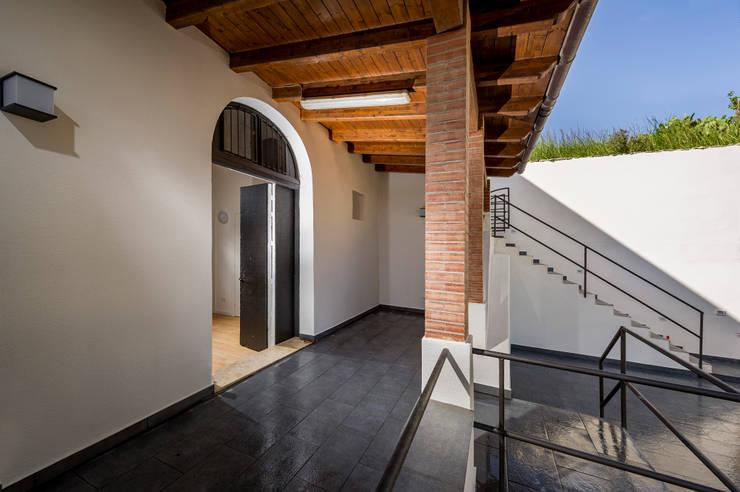 terrazza coperta al piano terra:  in stile  di Giuseppina PIZZO