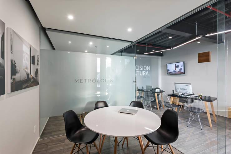 Showroom Punta Cascatta - Sala de Juntas: Oficinas y tiendas de estilo  por MX Taller de Arquitectura & Diseño
