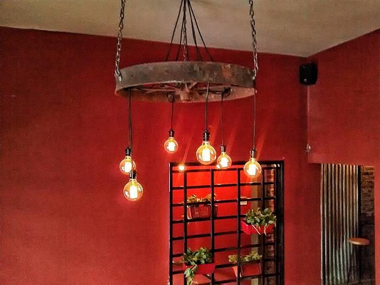 LAMPARA COLGANTE ESTILO INDUSTRIAL FOCOS EDISON: Comedores de estilo  por Lamparas Vintage Vieja Eddie