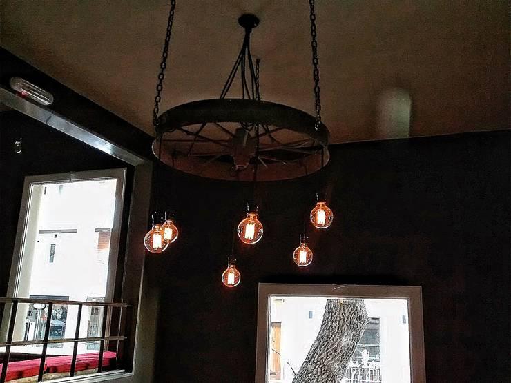 LAMPARA COLGANTE INDUSTRIAL VINTAGE: Livings de estilo  por Lamparas Vintage Vieja Eddie