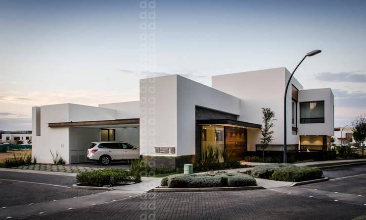 15 dise os de fachadas para casas en esquina for Construcciones minimalistas