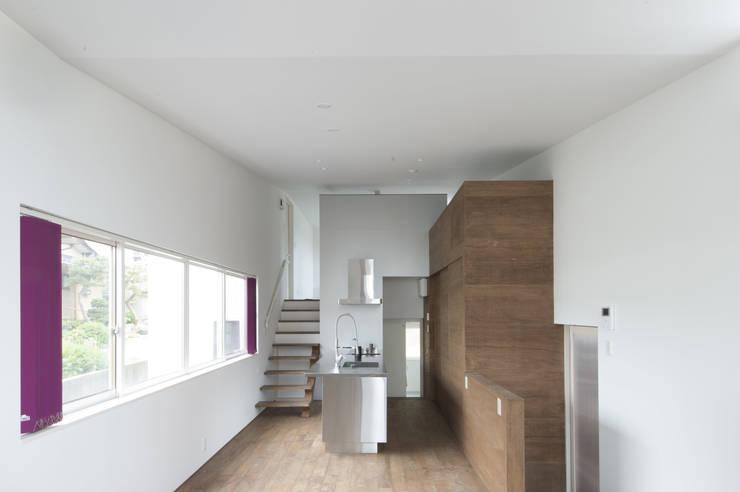 リビングからキッチンをみる02: 加藤淳一級建築士事務所が手掛けたキッチンです。