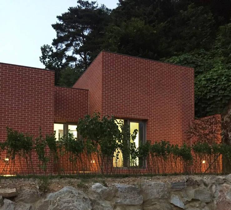 Rural brick house: small-rooms association의  주택