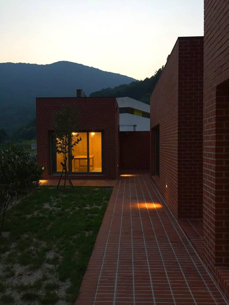 Rural brick house: small-rooms association의  베란다