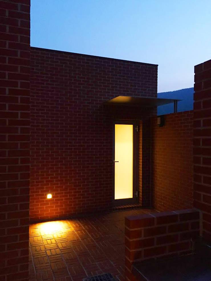 Rural brick house: small-rooms association의  복도 & 현관