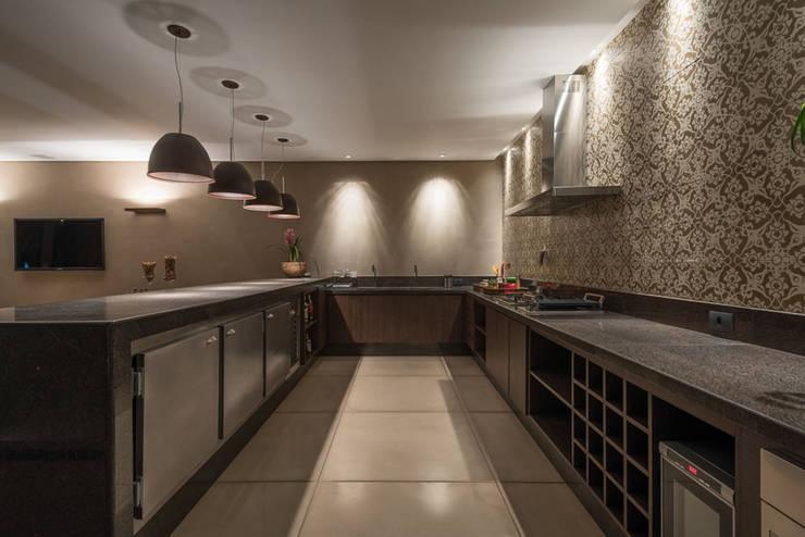 مطبخ تنفيذ Andréa Buratto Arquitetura & Decoração