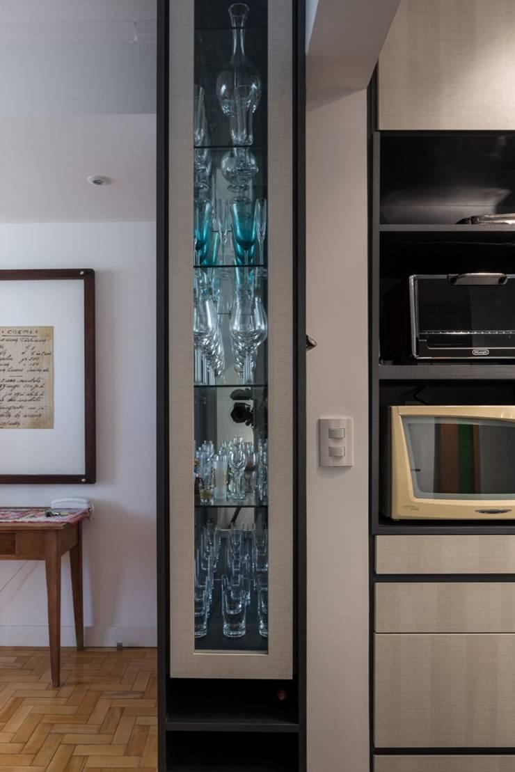 MCC | Projeto de Interiores: Armários e bancadas de cozinha  por Kali Arquitetura,