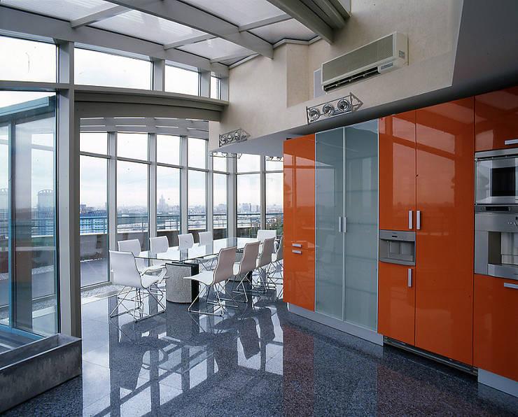 Оранжевая кухня.: Кухни в . Автор – Архитектурное бюро 'Дом-А'