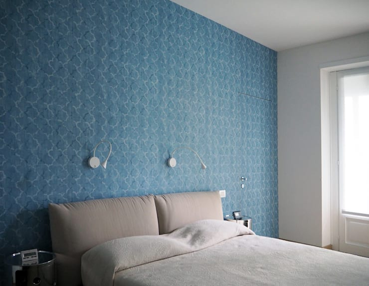 HIDDEN SLIDING DOOR: Camera da letto in stile in stile Moderno di Luigi Brenna Architetto