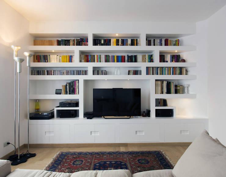 LIBRERIA A MURO : Soggiorno in stile in stile Moderno di Luigi Brenna Architetto