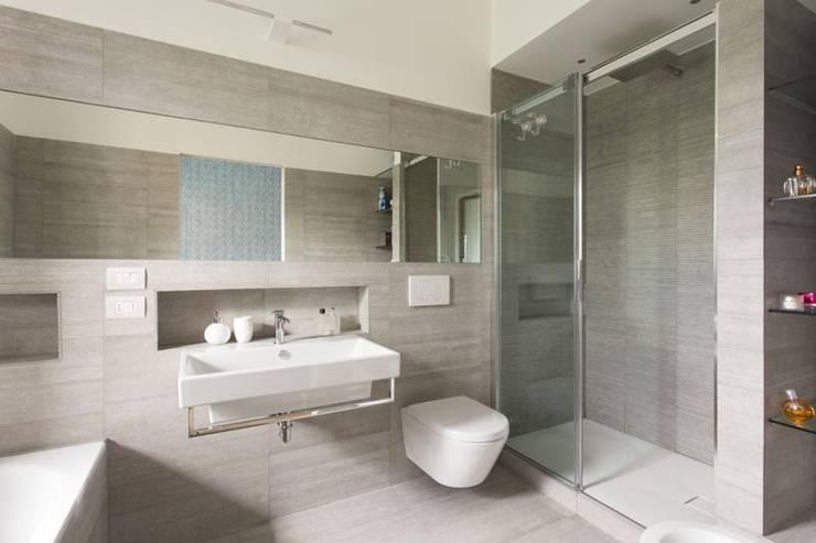 IL BAGNO NELLA ROCCIA : Bagno in stile in stile Moderno di Luigi Brenna Architetto