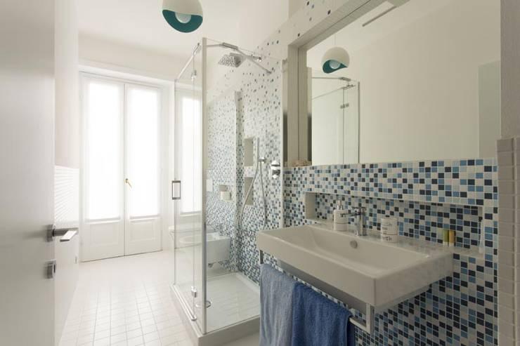 CASCATA DI AZZURRO : Bagno in stile in stile Moderno di Luigi Brenna Architetto
