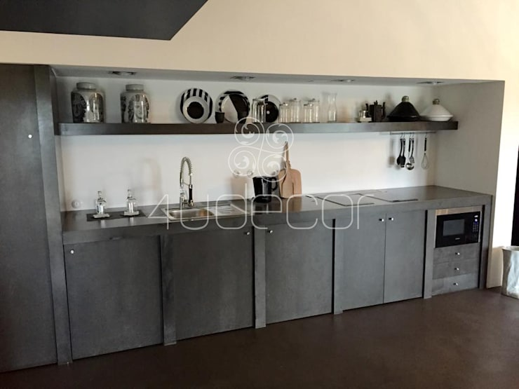Bancada e móveis de cozinha revestidos a Microcimento: Salas de estar  por 4Udecor Microcimento