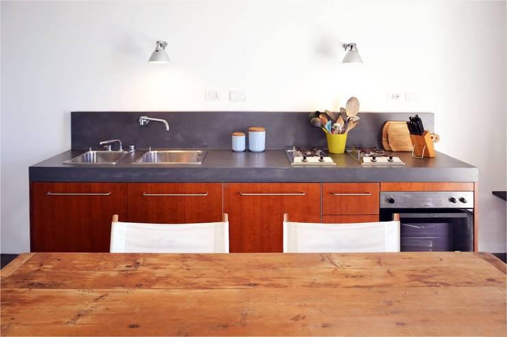 Cocinas de estilo moderno por Triade Architettura