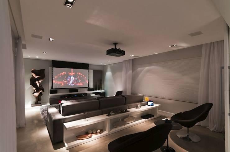 Apartamento RS: Salas de estar  por Macro Arquitetos