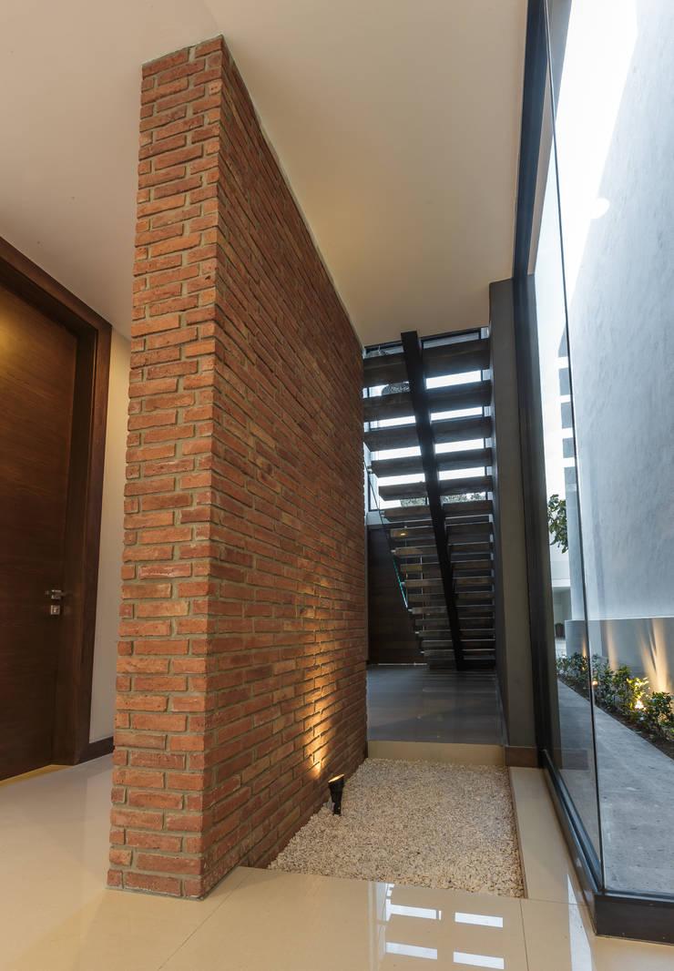 Vistas del Sol: Paredes de estilo  por 2M Arquitectura