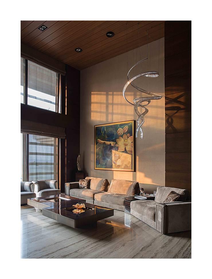 Homes:  Living room by Rakeshh Jeswaani Interior Architects
