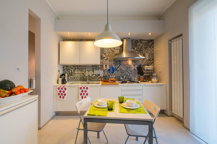 Appartamento Privato - Soggiorno e Cucina  : Cucina in stile  di NINE associati