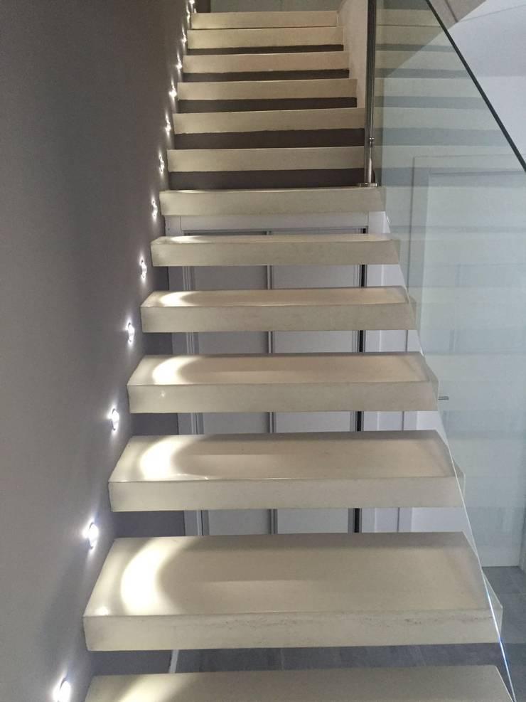 Escaleras mediante peldaños volados de hormigón: Pasillos y vestíbulos de estilo  de MODULAR HOME