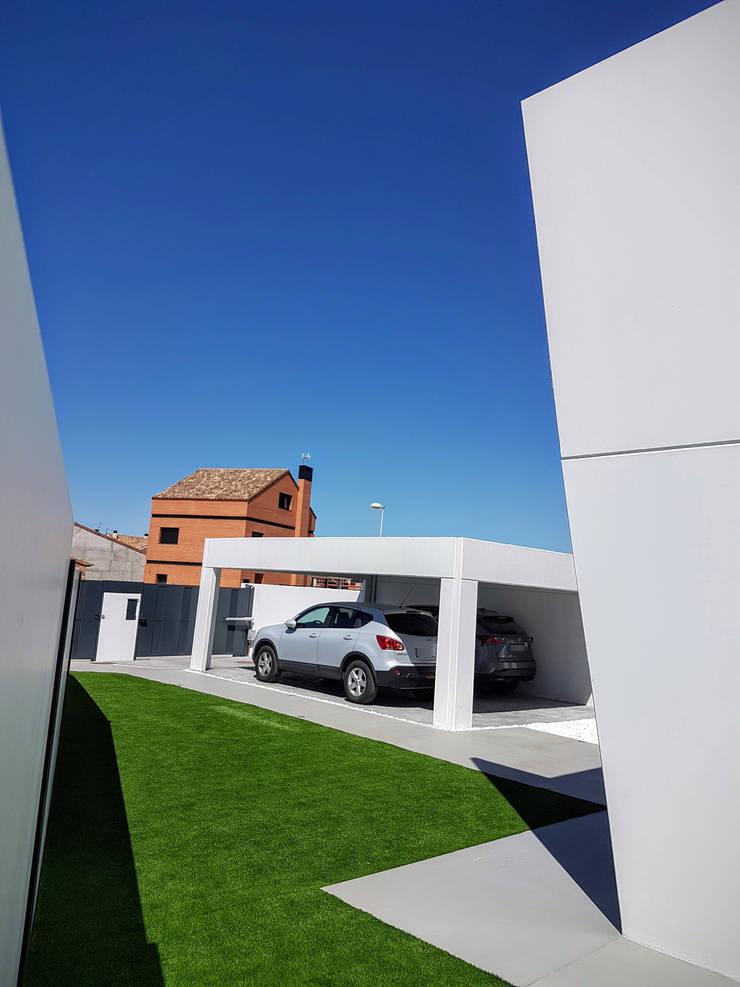 Garaje abierto de hormigón: Gimnasios domésticos de estilo  de MODULAR HOME