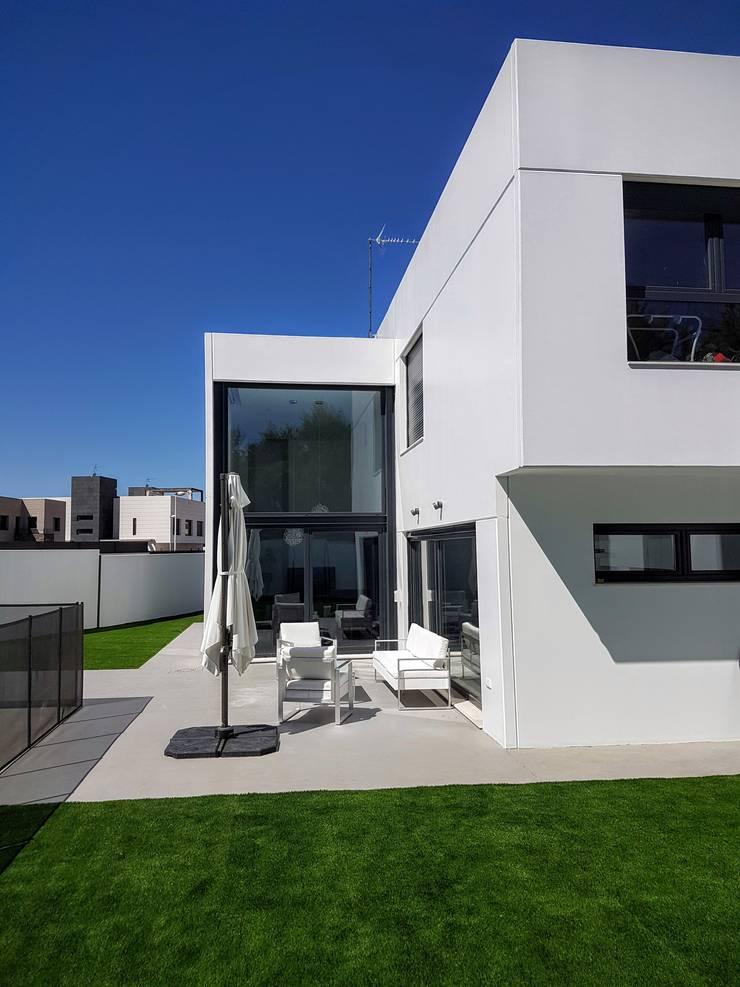 Unifamiliar Adosada en Villanueva de La Cañada (Madrid): Casas de estilo  de MODULAR HOME