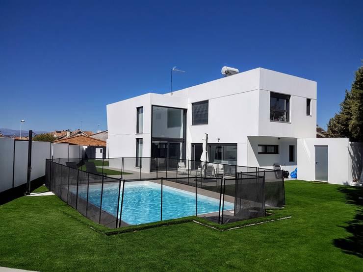 Unifamiliar Adosada en Villanueva de La Cañada (Madrid): Piscinas de estilo moderno de MODULAR HOME