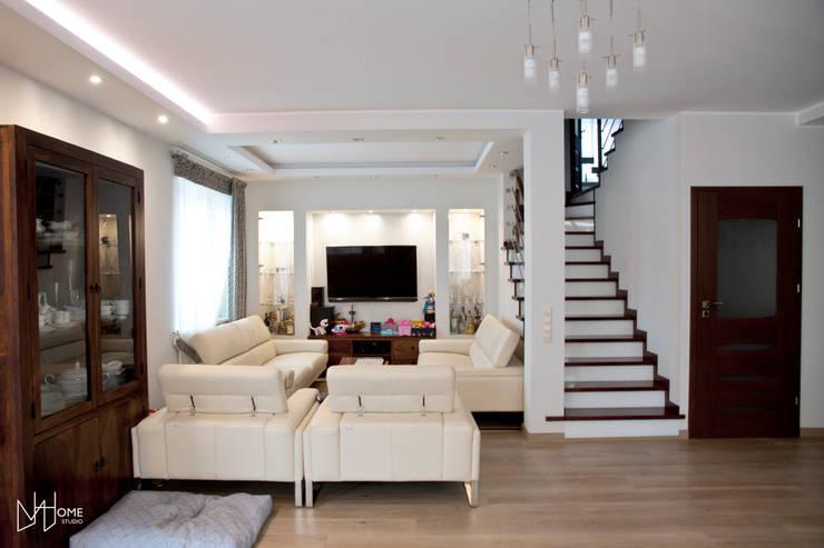 Salon przed: styl , w kategorii Salon zaprojektowany przez Mhomestudio