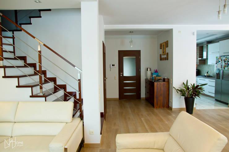 Salon przed, strefa wejściowa: styl , w kategorii Salon zaprojektowany przez Mhomestudio