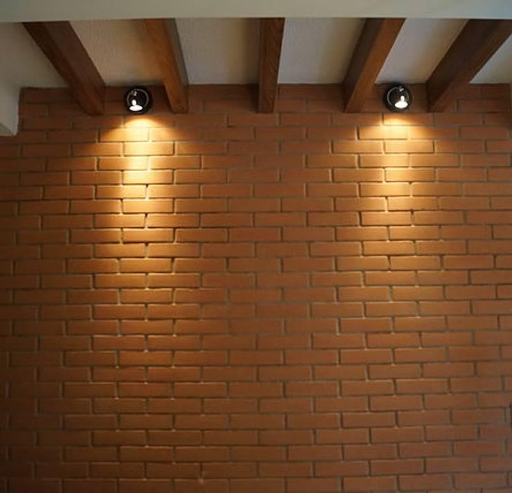 Muro de ladrillo: Cocinas de estilo ecléctico por LOFT ESTUDIO arquitectura y diseño