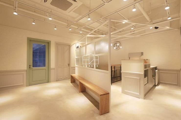 모던 클래식한 카페느낌의 어학원 인테리어 : 홍예디자인의  서재 & 사무실