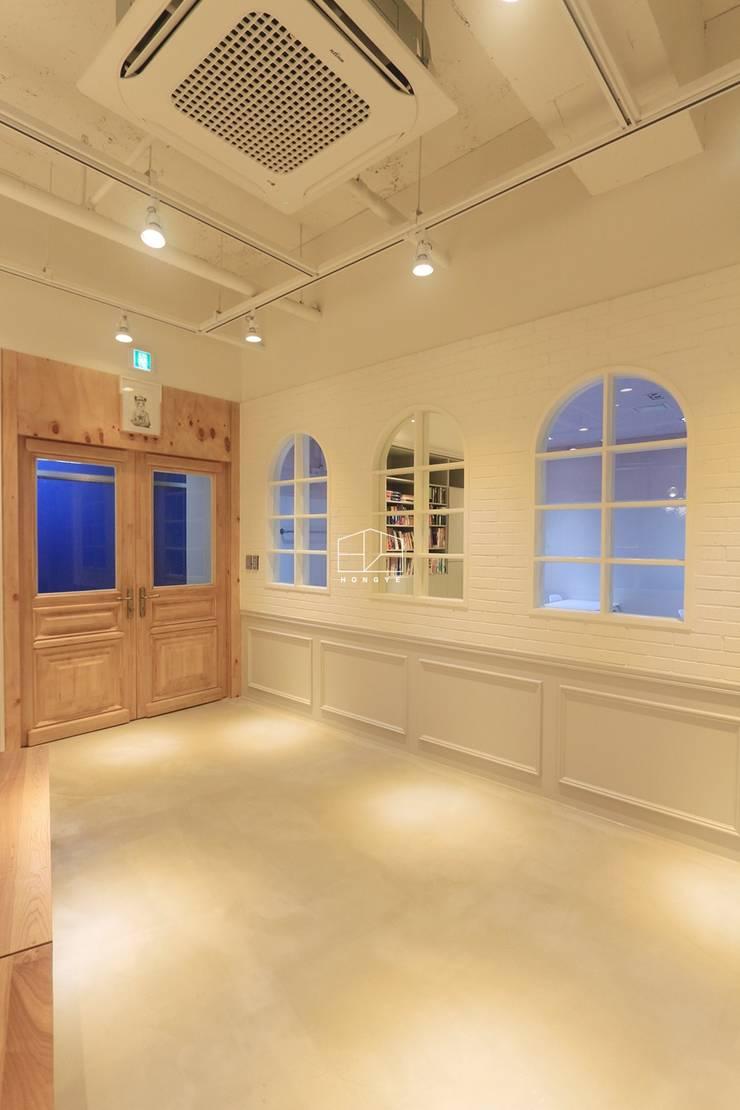 모던 클래식한 카페느낌의 어학원 인테리어 : 홍예디자인의  창문