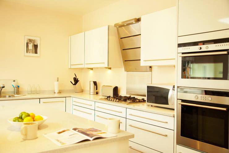Aumenta a família, aumenta a casa : Cozinhas  por Architect Your Home
