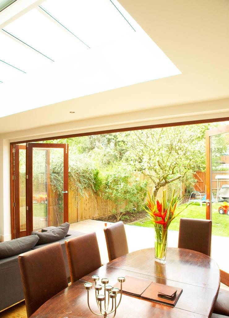 Aumenta a família, aumenta a casa : Salas de estar  por Architect Your Home