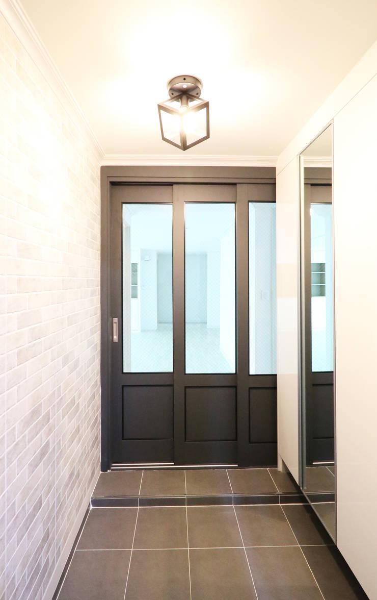 중흥마을 48평: 금화 인테리어 의  창문