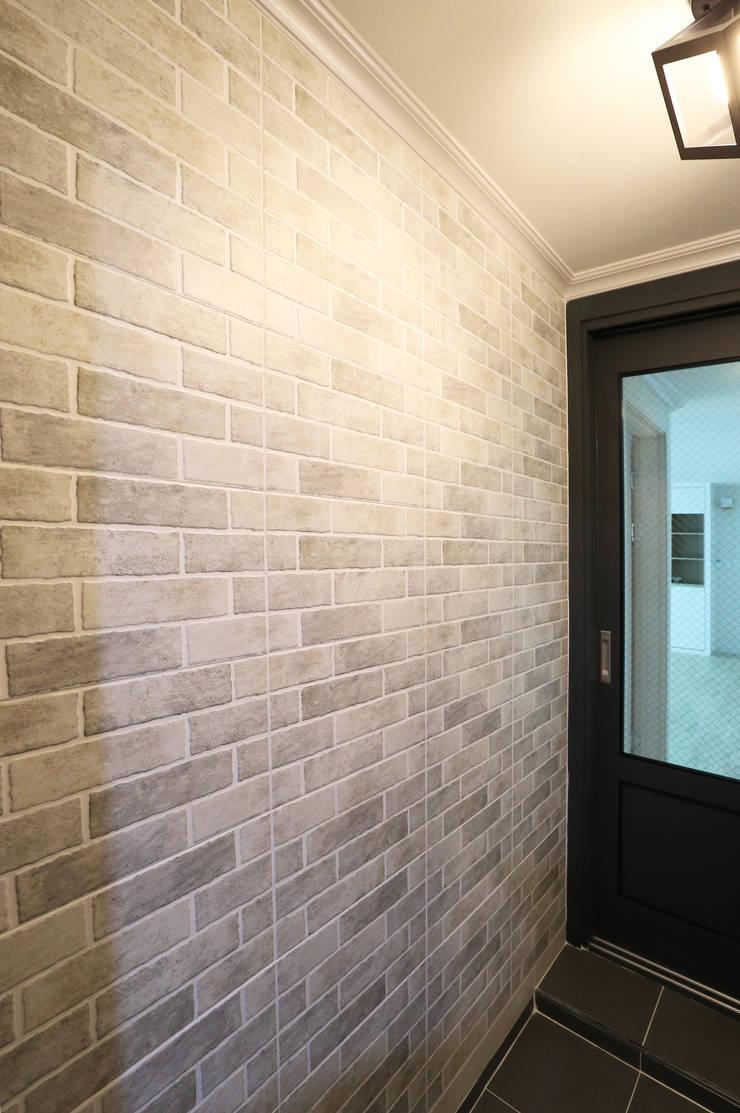 중흥마을 48평: 금화 인테리어 의  벽
