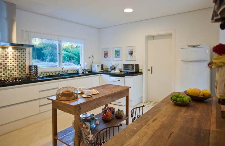 Cocinas de estilo rural por IDALIA DAUDT Arquitetura e Design de Interiores