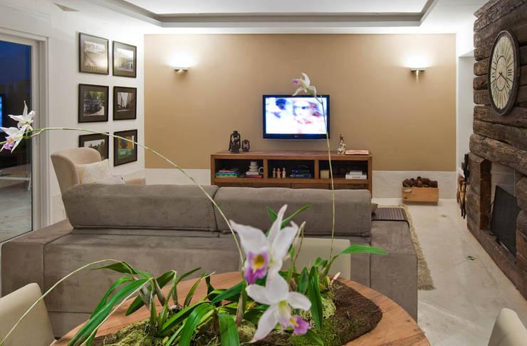Sala da família: Salas multimídia  por IDALIA DAUDT Arquitetura e Design de Interiores