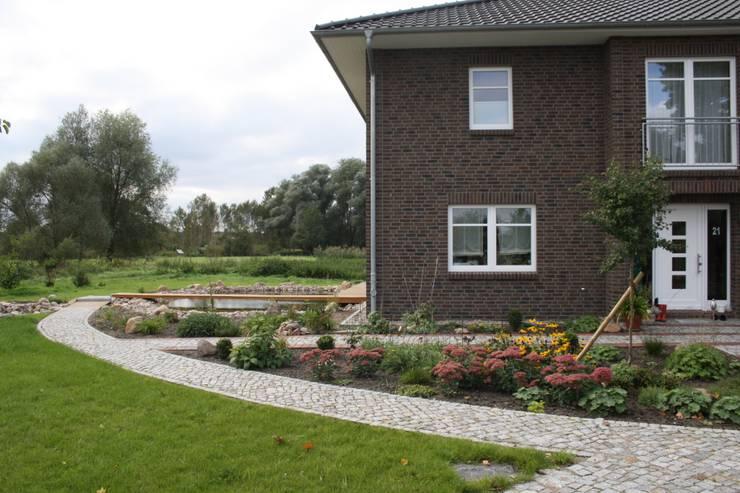 Blick von der Strassenseite zum Teich: klassischer Garten von Gartenarchitekturbüro Timm