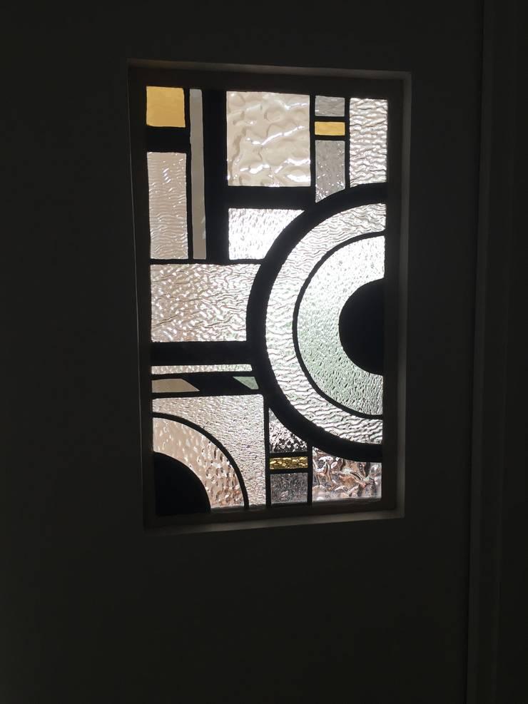 vitrail art d co pour porte de salle de bain par l 39 ame du vitrail homify. Black Bedroom Furniture Sets. Home Design Ideas
