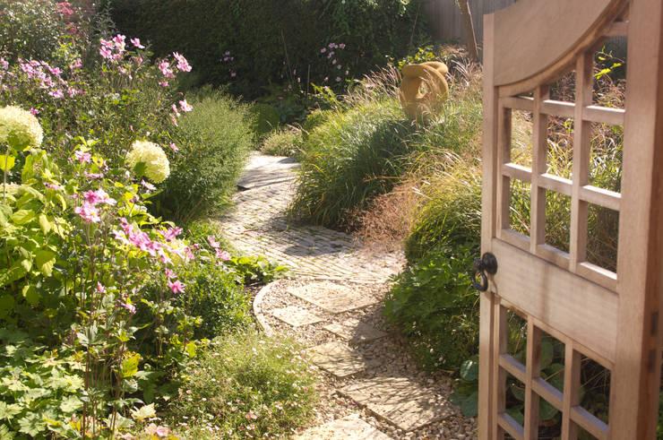 Jardines de estilo  por Elks-Smith Landscape and Garden Design