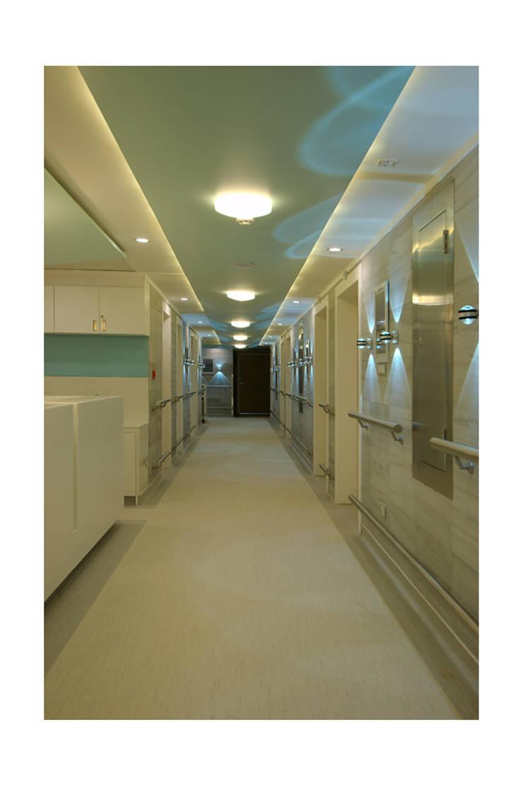 MANIPAL HOSPITAL, BANGALORE. (www.depanache.in):   by De Panache  - Interior Architects