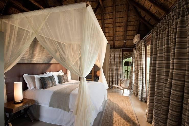 Mhondoro, een Lodge in Zuid-Afrika:  Slaapkamer door All-In Living