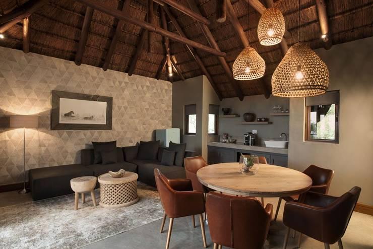 Mhondoro, een Lodge in Zuid-Afrika:  Woonkamer door All-In Living