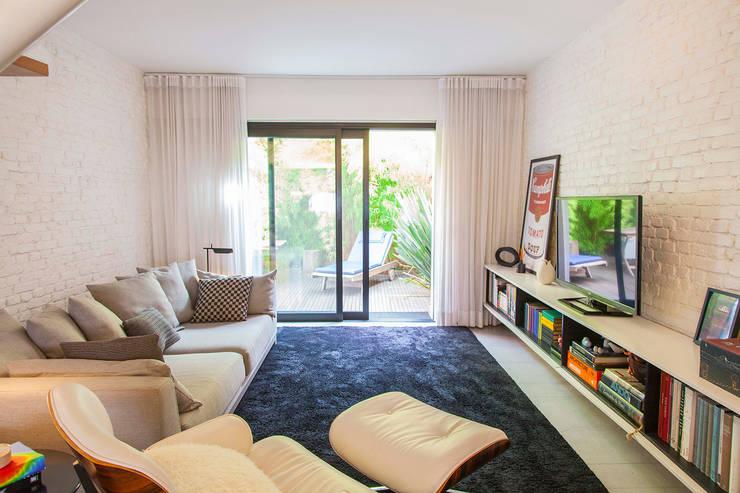 CASA PINHEIROS: Salas de estar modernas por ivan ventura arquitetura