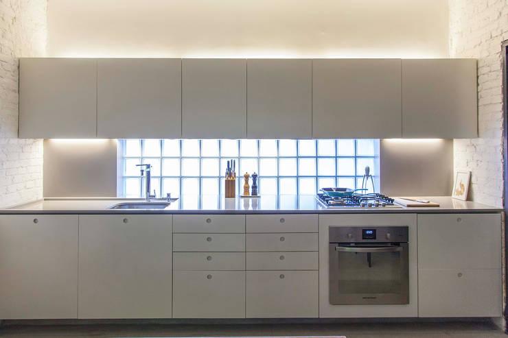 CASA PINHEIROS: Cozinhas  por ivan ventura arquitetura